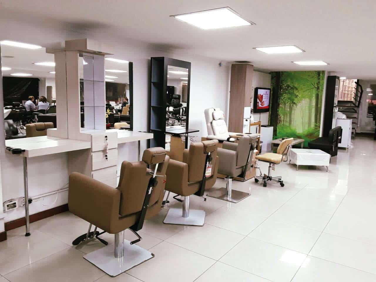 Dise o de interiores modernos seg n tus sillas de - Como amueblar una peluqueria ...
